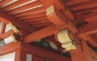 建築彫刻を少なくし、軸部はすべて丹塗りとするなど、本殿より質素な装いとしています。